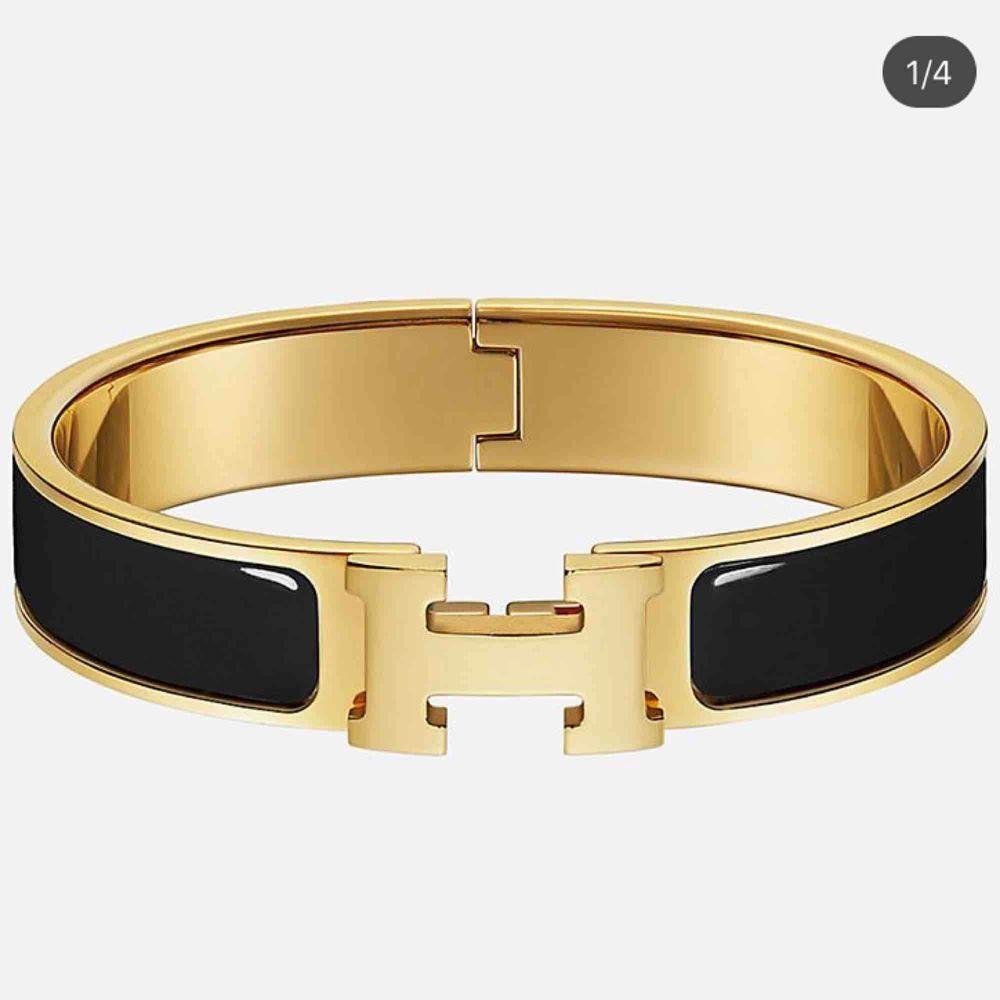 Hermes armband i svart och guld . Accessoarer.