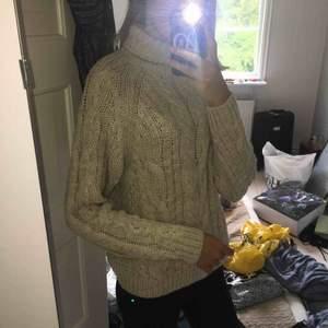 Tjock beige stickad tröja från HM med polokrage. Väldigt höstig och ganska tjock, supermysig. Ull. Nypris kanske 300