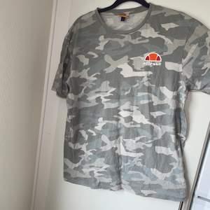 snygg Ellesse camo T-shirt i storlek XL till killar.använd några gånger så fint skick 🙃
