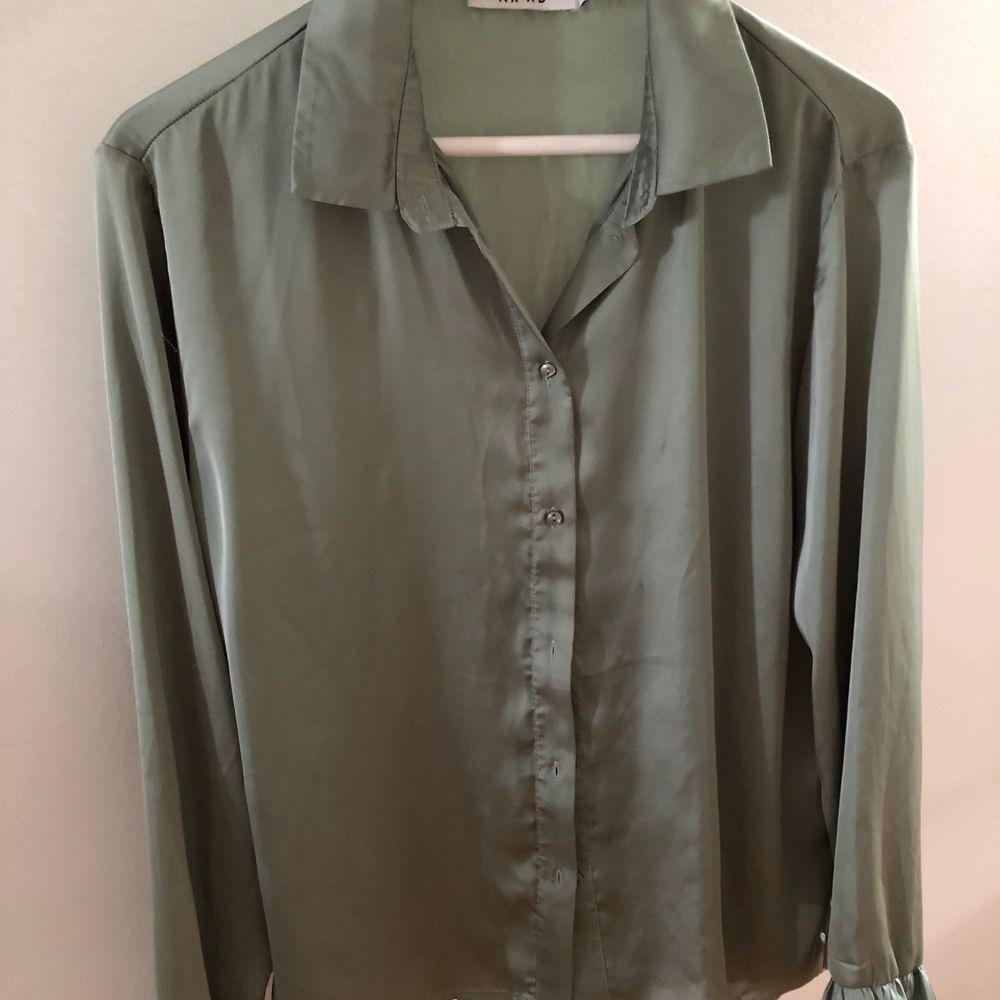 Grön skjorta i grönt, volang ärmar längst ner. Använd fåtal av ggr. . Blusar.