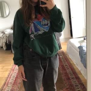 En jättefin sweatshirt med tryck både fram och bak i storlek S kanske M. Köpte denna secondhand från beyond retro.🦋Köparen står för frakt!!🦋