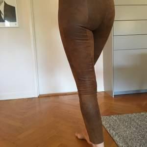 Fina mokkaliknande leggings/byxor inköpta på Zara. Använda mycket lite. Säljer pga att de är för små för mig. Ev fraktkostnad tillkommer.