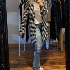 """Säljer denna as coola oanvända """"Amanda coat"""" från gina tricot med prislapp kvar, har aldrig kommit till användning då den inte riktigt är min stil längre. Den är slutsåld på nätet. Frakt tillkommer på 50 kr"""