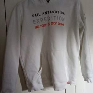 Smyg vit hoodie från Sail Racing.