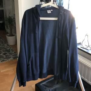 mörkblå hoodie från club xprs i bra skick! är lite noppig pga att materialet är rätt budget. passar bra till allt!