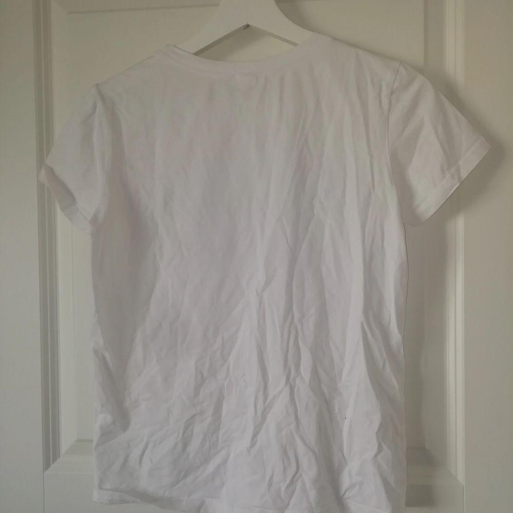 Nästan helt oanvänd tröja, väldigt bra skick. Storlek S. Säljer för 70kr+frakt😁💕. T-shirts.