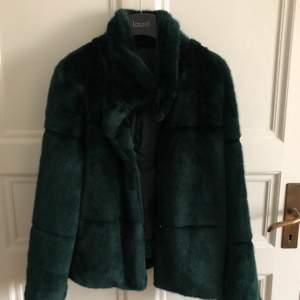 Mörkgrön fusk päls jacka från Lindex. Använd fåtal gånger och därför i mycket bra skick!