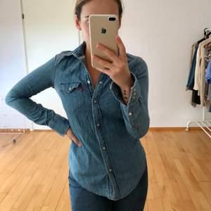 Fantastisk jeansskjorta som passar en XS/S. Superfint skick! FRAKT INGÅR
