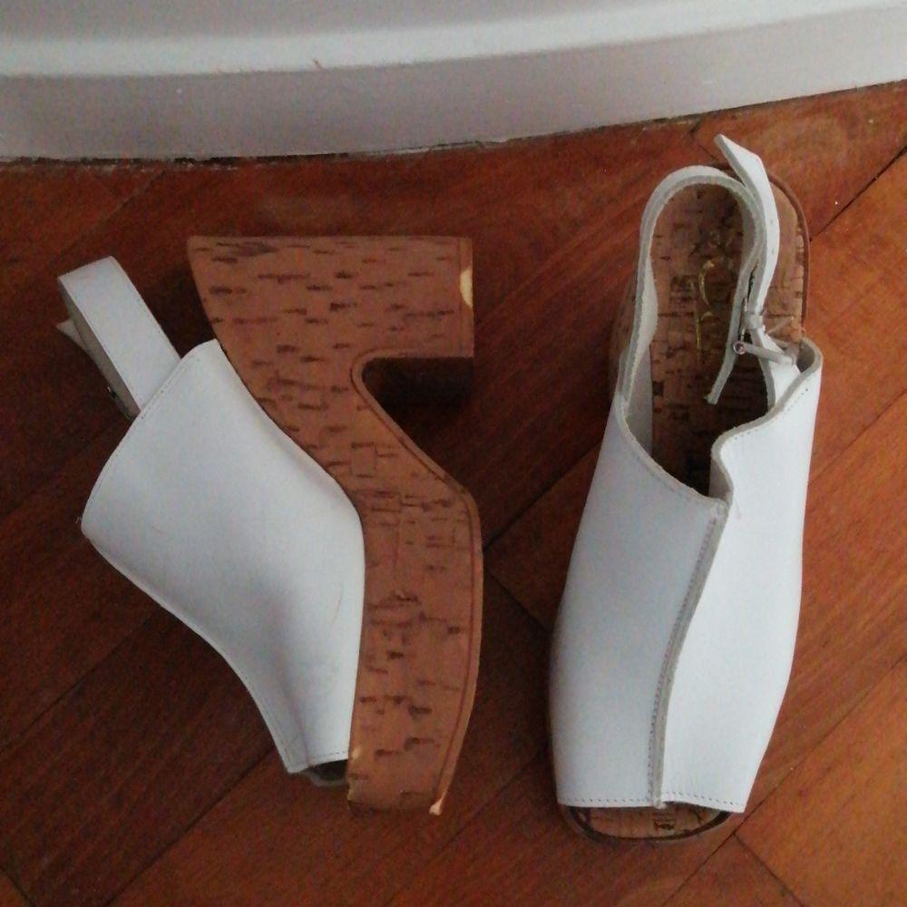 Vita platåskor i vitt skinn strl 37. Slitna sulor därför billiga. . Skor.