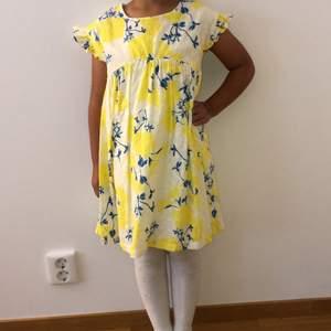 Fin somrig barnklänning!🌼 I citrongul med blåa detaljer🍋 (Skriv för fler bilder, kunden står för frakten som summan varierar beroende på varans vikt)