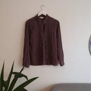 Mönstrad skjorta från Urban Outfitters. Sparsam använd. Storlek M, men känns mer som storlek S. Frakt tillkommer.