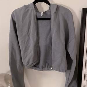Croppad hoodie i ek ljusblå färg, som ny! 💙
