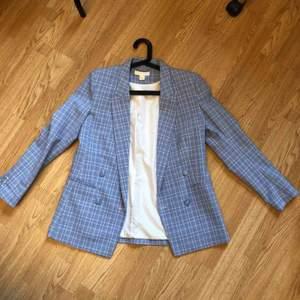 Klassisk och preppy lätt jacka/blazer i babyblått. Aldrig använd och i perfekt skick, verkligen jätte fin färg! ❄️