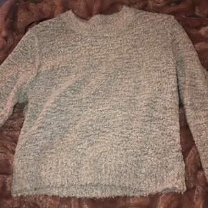 Mysig grå tröja, jätte skön att ha på sig men kommer aldrig till användning