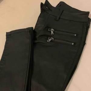 Jeans i skinn-imitation från vero Moda. Köpt för 499kr så säljer för hälften om inte mindre vid snabb affär.   Aldrig använda + lappar kvar