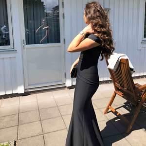 balklänning från dressroom och endast använd på balen, mycket fin klänning som verkligen sitter åt där den ska. Fick väldigt mycket komplimanger.