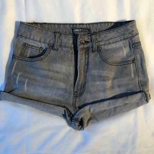 Gråa jeansshorts. Är i använt begagnat skicka men inga fläckar eller liknande. Köparen betalar frakten. (Har 2 par där av 2 annonser)