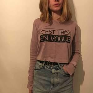 Fin tröja med detaljer på ärmarna från New Yorker. Använd max 3 gånger och säljs därför vidare. Frakt tillkommer om ej möte i Kalmar