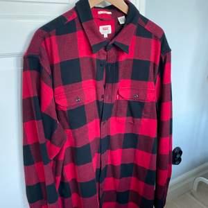 Levis skjorta/overshirt XXL säljes. Mycket bra skick - använd få gånger. Postas eller möts upp i Malmö.