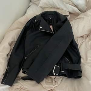 Säljer min oanvända, Oversized skinnjacka från Missguided. Slutsåld överallt. Storlek S. Helt ny! 💕 Frakt tillkommer! Bud i kommentarer! 💕