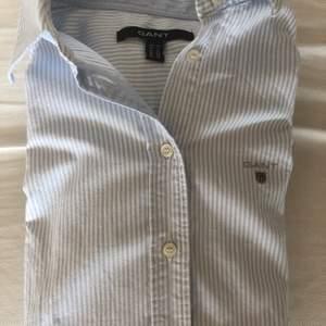 Blå/vit randig skjorta från Gant.  Storlek 34/ Small. Mycket bra skick, knappt använd.