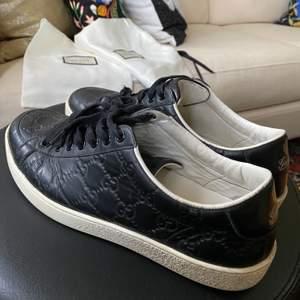 Så snygga Gucci skor, köpta för ca 3 år sen men sparsamt använda. Bra skick förutom slitna snören som man lätt kan byta! Stl 6 1/2 men små i storleken, passar 39 1/2. Nypris ca 5 000kr.