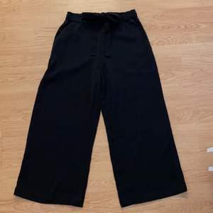 Säljer dessa supersköna byxorna! Då lappen är avklippt så vet jag inte vart jag köpt dom eller vilken storlek det är. Jag är själv en XS, skulle tippa på att dom även passar en S❤️ Tar endast swish, kan mötas upp i centrala Malmö☺️