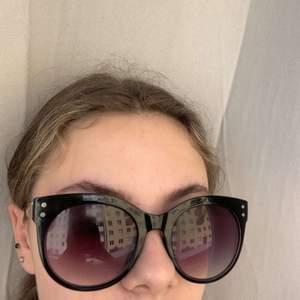 """Svarta solglasögon med lila """"glas"""". Använda men i bra skick❤️"""