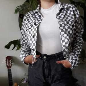 Snygga cropad denim jacka, med checkered mönster. Står