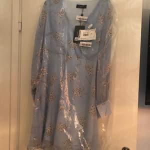 Ny klänning med tags kvar. Endast provad och säljes för att det inte var min färg.
