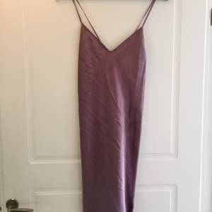 Fint lila nattlinne/klänning i lila silke med korsad rygg.