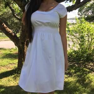 En helt ny klänning från Sisters, taggen finns kvar. Köpt för 499kr men säljer för 180kr. Storlek 36 men eftersom det är stretchigt tyg vid midjan så passar det säkert en M också! Inte alls genomskinlig.Hör gärna av dig vid frågor! Köparen står för frakt✨