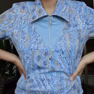 någon retro skjorta/tshirt. coolt print, mycket bra skick. drqgkedjor går att öppna och stänga! köparen står för frakten!;)