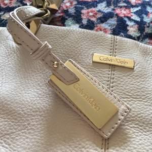 Väska i vitt äkta skinn från Calvin Klein. Toppenskick! Köpt på tradera men aldrig använd. Köparen betalar frakt!