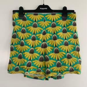 Hemma sydda sköna shorts med solrosor på. Tyvärr för små 🌻🌻
