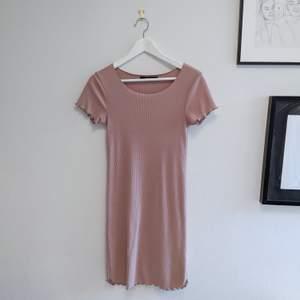 Kortärmad tight klänning från BikBok i strl S. Stretchig & bekväm, passar även M! Ärmar och längst ner är