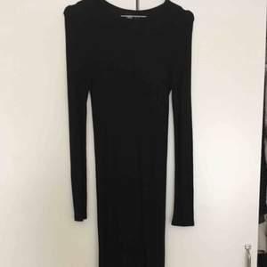 Ribbad svart långklänning från asos, använd fåtal gånger. Kan mötas upp i Stockholm