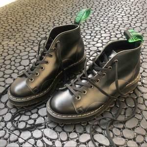 MONKEY BOOT BLACK LONDON endast provat, råkat köpa för små💔ska köpa om dom! Coolare än Dr.martens. Originella & inte som alla andra. Ifrån Sko-Uno Sthlm. Nypris:1699:- 1000:- prutat & klart! Köparen står för frakt eller möts upp. @-kvitto finns