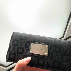 Väldigt fin plånbok som tyvärr inte kommer till användning.