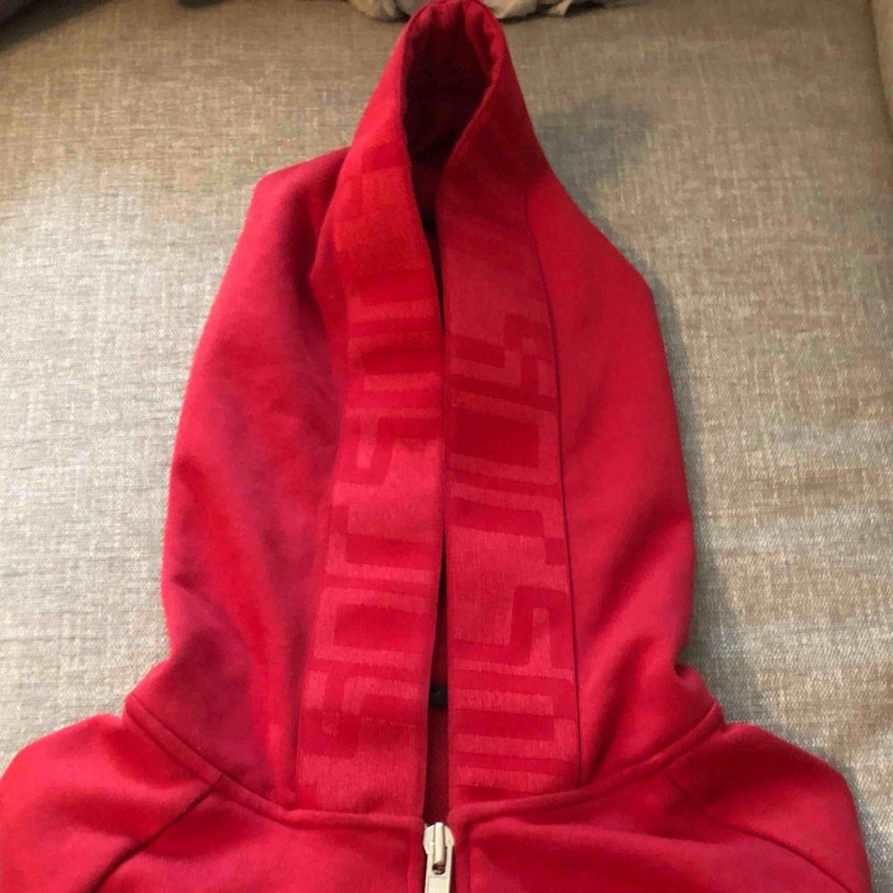 Puma hoodie som är lite croppad. Använd 1 gång, jättebra skick.. Huvtröjor & Träningströjor.