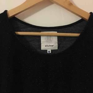 Oanvänd svart spräcklig tröja från Elvine. Mjukt och skönt material med trekvarts-armar! 🖤 Kan mötas upp i Stockholm eller skicka (frakt ej inkl)! Kram