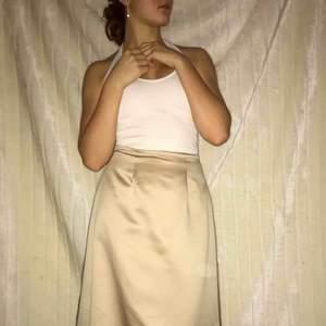 Intressekoll för en designer two-piece balklänning, i en underbar champagne färg 🥰