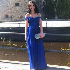 Säljer min skräddarsydda balklänning! Inköpt för 4 000kr. Klänningen har en superfin klarblå färg med en väldigt vacker detaljrik överdel. Denna klänning gör verkligen så att man sticker ut och känner sig som en prinsessa!  Jag kan stå för frakten