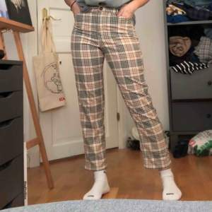 Ett par snygga raka mönstrade byxor från Monki! Väldigt skönt material, säljer pga börjar bli för små. Inte använda så mycket så de är i bra skick. Skriv för mer info🧡