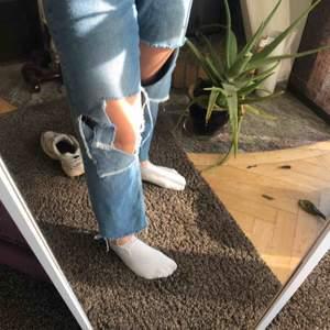 Slitna jeans perfekta till våren  Skick: använt 3 gånger  Strl: 36-40 Fraktkostnad tillkommer