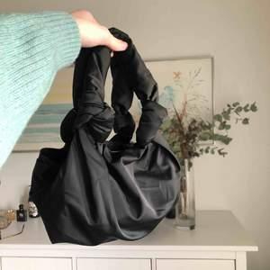 """Day et """"drapy"""" nylon väska i svart. Helt ny!! Inköpt på åhlens 649 kr nypris. Möts upp eller fraktar för en liten summa till :)"""