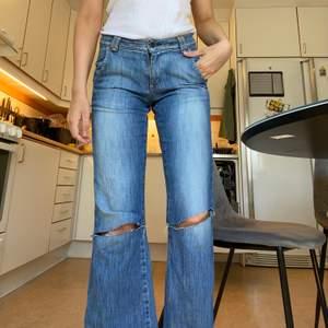 Låga, blåa jeans med hål. Köparen står för frakten🥰