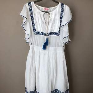Ärmlös klänning från Indiska, storlek 40. 100% bomull. Använd bara 2 gånger och det är dags att hitta en ny ägare. Kan mötas upp i Linköping eller frakt tillkommer.