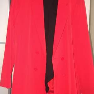 Röd blazer, storlek M. Sitter oversized på mig som är S. Frakt tillkommer.