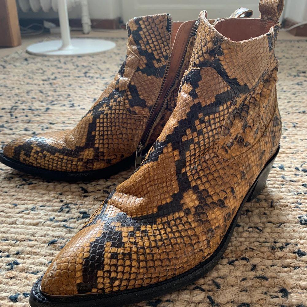 Använda ormskinn boots från danska märket Billibi. Har lossnat lite på högra spetsen där jag fyllt i med svart färg, se bild 2. Annars så coola boots! 😎🤟🏼 Nypris 3500kr. . Skor.